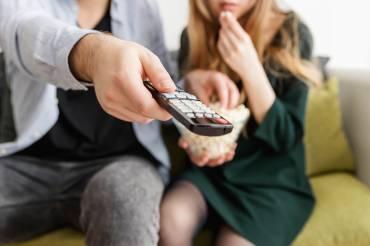 Μαζί μπροστά στην τηλεόραση!