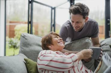 Τι να κάνετε αν ο σύζυγός σας έχει σχέση εξάρτησης με τη μητέρα του;